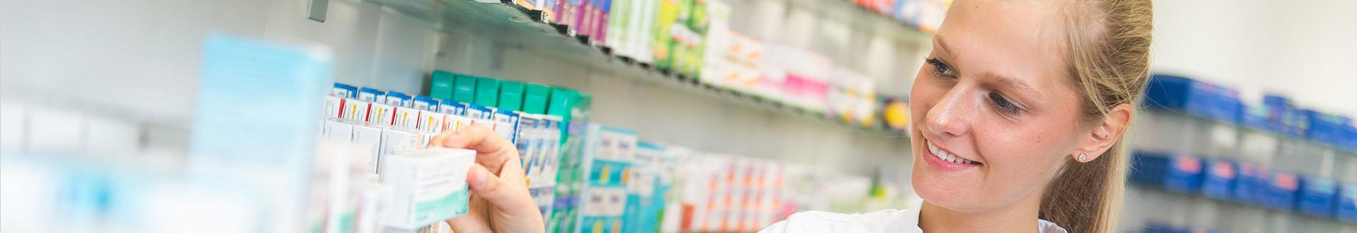 farmaceuta bierze lek z półki